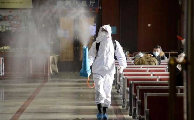 Trong ảnh: Phun thuốc khử trùng nhằm ngăn chặn sự lây lan của dịch COVID-19 tại một nhà ga ở Bắc Kinh, Trung Quốc. Ảnh: THX/TTXVN