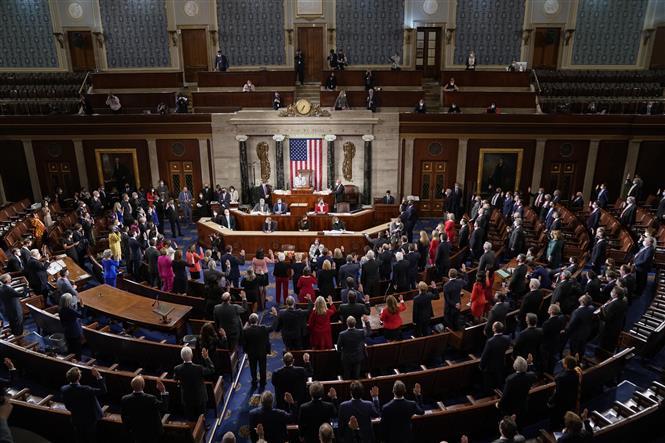 Trong ảnh: Chủ tịch Hạ viện Mỹ Nancy Pelosi chủ trì phiên tuyên thệ của các Hạ nghị sĩ Quốc hội khóa 117 tại Washington DC., ngày 3/1/2021. Ảnh: AFP/TTXVN