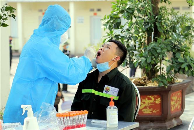 Bác sỹ lấy mẫu xét nghiệm SARS-CoV-2 cho công nhân Công ty Cổ phần 397 thị xã Đông Triều. Ảnh: TTXVN