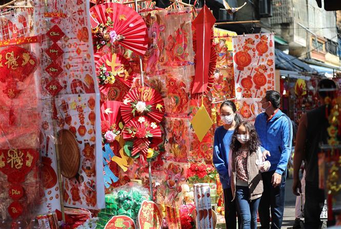 Người dân đi chợ hoa Tết truyền thống trong ngày 29 Tết Tân Sửu thực hiện nghiêm túc việc đeo khẩu trang để phòng chống dịch. Ảnh: Thanh Tùng - TTXVN