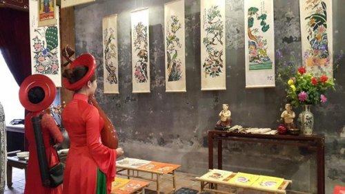 Trưng bày tranh dân gian ngày Tết tại đình Kim Ngân, Hà Nội. Ảnh: Đinh Thuận - TTXVN