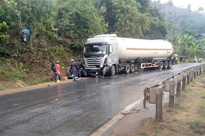 Trong ảnh: Hiện trường vụ tai nạn khiến 1 người tử vong, 6 người bị thương trên Quốc lộ 6, tỉnh Sơn La. Ảnh: TTXVN phát