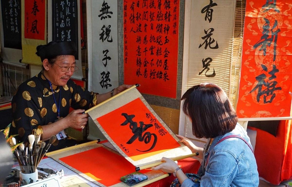 Người dân xin chữ tại Văn Miếu-Quốc Tử Giám. (Ảnh: Khánh Hòa/TTXVN phát)