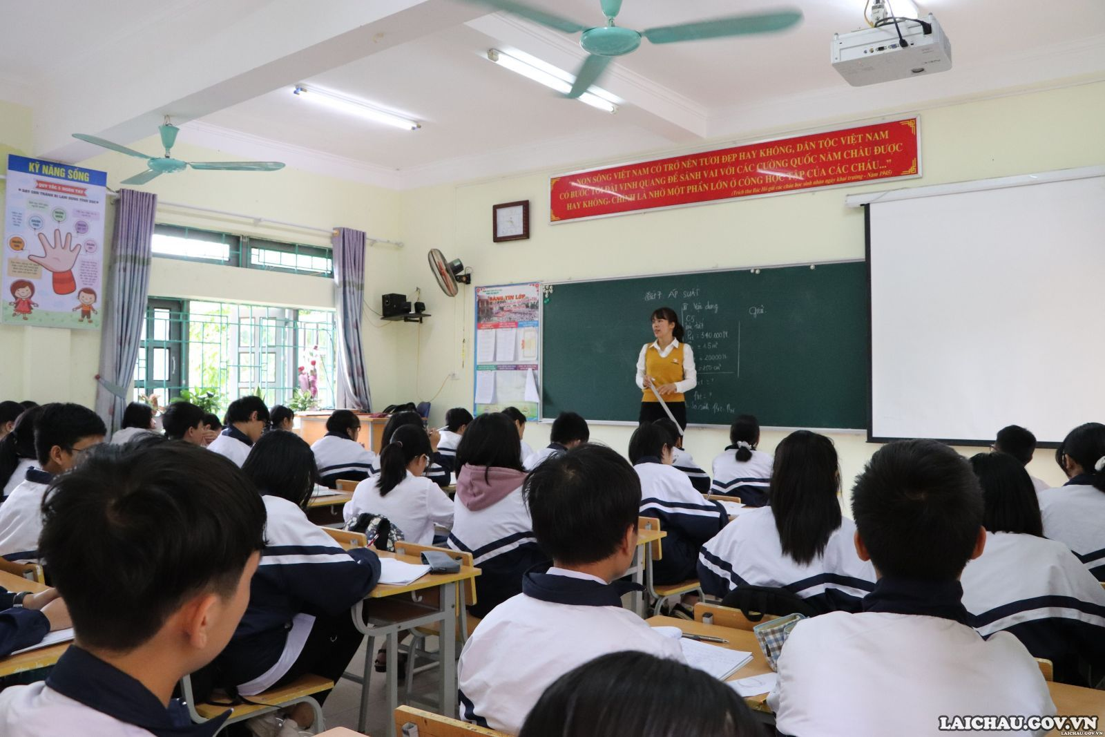 học sinh Lai Châu trở lại trường học (hình: Laichau.gov.vn)