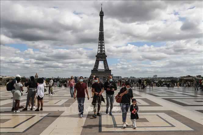 Du khách tại khu vực gần Tháp Eiffel ở Paris, Pháp, ngày 24/8/2020. Ảnh (tư liệu): AFP/TTXVN