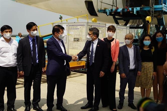 Thứ trưởng Bộ Y tế Trương Quốc Cường tiếp nhận lô vắc xin COVID-19 đầu tiên của AstraZeneca về đến Việt Nam. Ảnh: TTXVN phát