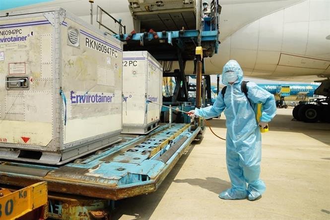 Lô vắc xin COVID-19 đầu tiên của AstraZeneca đã về đến Việt Nam. Ảnh: TTXVN phát