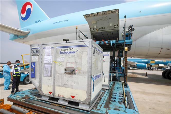 Lô vaccine đầu tiên được đưa về Việt Nam tại sân bay Tân Sơn Nhất, Thành phố Hồ Chí Minh. Ảnh: Đinh Hằng - TTXVN