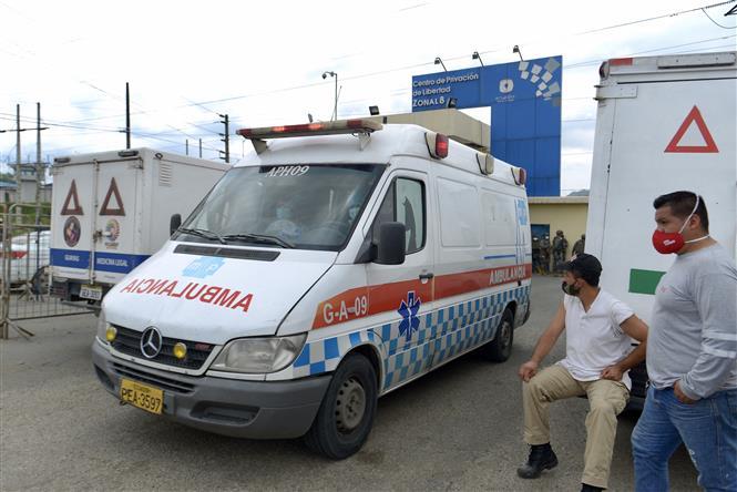 Xe cứu thương được triển khai tới nhà tù ở Guayaquil, Ecuador, sau khi xảy ra vụ bạo động ngày 23/2/2021. Ảnh: AFP/ TTXVN