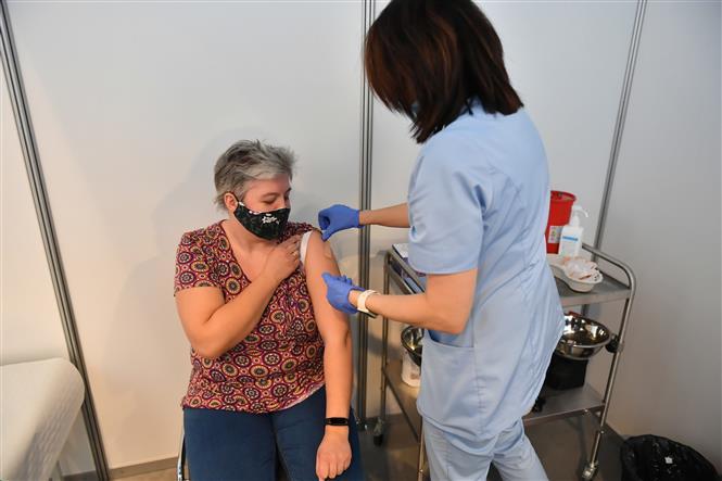Tiêm vaccine phòng COVID-19 của hãng dược phẩm AstraZeneca cho giáo viên tại Gdansk, miền Bắc Ba Lan, ngày 12/2/2021. Ảnh: PAP/TTXVN