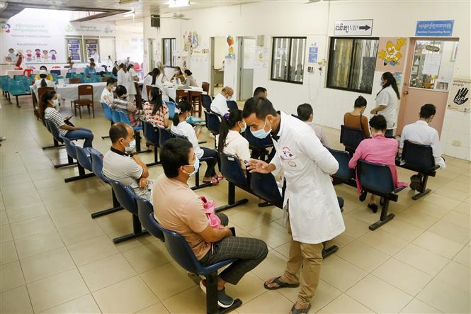 Trong ảnh: Người dân sau khi được tiêm vaccine phòng COVID-19 tại Phnom Penh, Campuchia, ngày 18/2/2021. Ảnh: THX/TTXVN