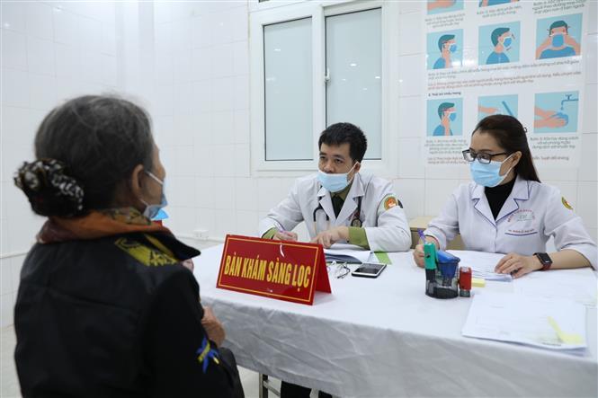 Khám sàng lọc cho tình nguyện viên tham gia đăng ký tiêm thử nghiệm đợt 2 vaccine Nano Covax. Ảnh: Minh Quyết - TTXVN