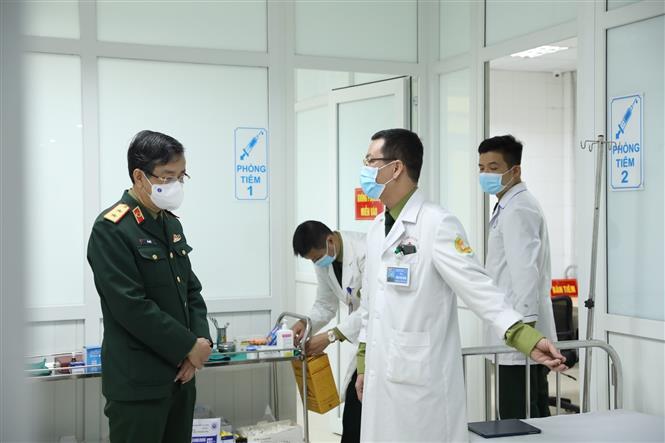 Trung tướng Đỗ Quyết, Giám đốc Học viện Quân y kiểm tra công tác chuẩn bị tiêm thử nghiệm vaccine Nano Covax đợt 2. Ảnh: Minh Quyết - TTXVN