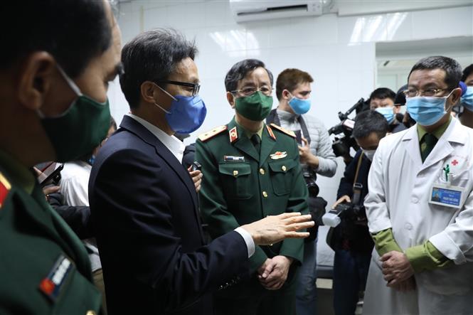 Phó Thủ tướng Vũ Đức Đam đến thăm và động viên tình nguyện viên và cán bộ trường Học viện Quân y trong đợt tiêm thử nghiệm đợt 2. Ảnh: Minh Quyết - TTXVN