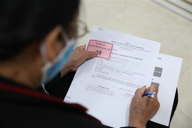 Tình nguyện viên đăng ký tham gia thử nghiệm vaccine Nano Covax. Ảnh: Minh Quyết - TTXVN
