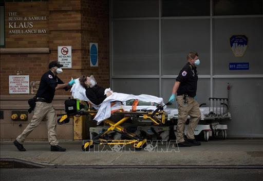Chuyển bệnh nhân nhiễm COVID-19 tới trung tâm y tế ở Brooklyn, New York, Mỹ, ngày 28/3/2020. Ảnh: THX/TTXVN