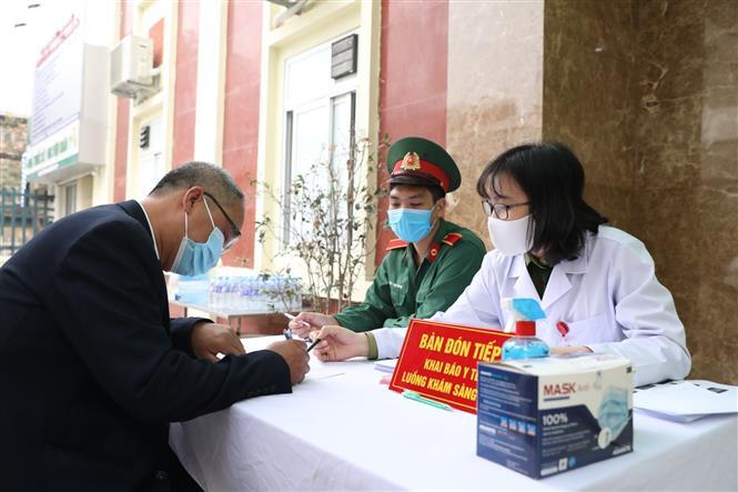 Các tình nguyện viên đăng ký khám sàng lọc và tiêm thử nghiệm đợt 2 vaccine Nano Covax. Ảnh: Minh Quyết - TTXVN