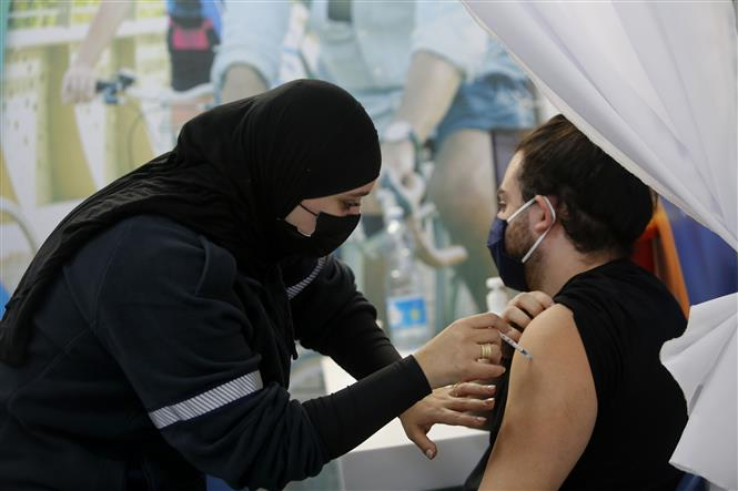 Trong ảnh: Tiêm vaccine ngừa COVID-19 cho người dân tại Tel Aviv, Israel ngày 1/2/2021. Ảnh: THX/TTXVN