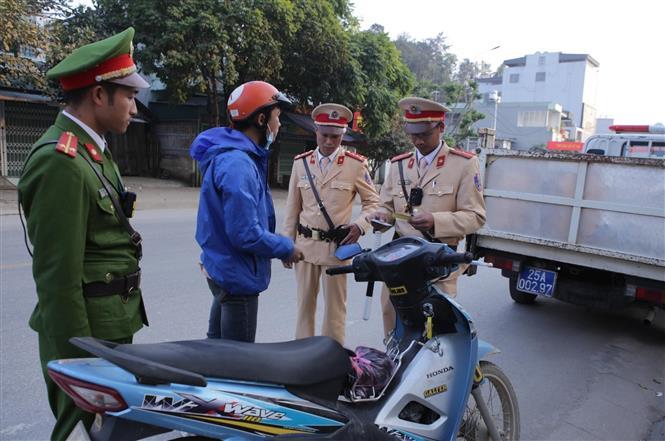Lực lượng Cảnh sát giao thông, trật tự Công an huyện Than Uyên tăng cường kiểm soát các phương tiện tham gia giao thông trên địa bàn. Ảnh: Quý Trung – TTXVN