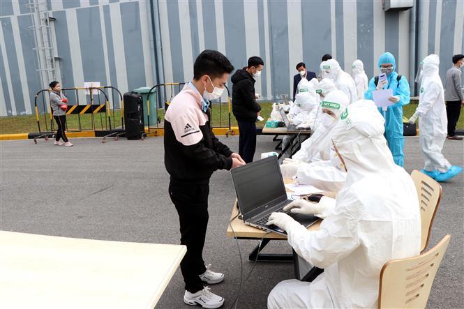 Trong ảnh:Công nhân Công ty Best Pacific thuộc Khu công nghiệp Lương Điền - Cẩm Điền, huyện Cẩm Giàng làm thủ tục trước khi lấy mẫu xét nghiệm . Ảnh: Mạnh Tú - TTXVN