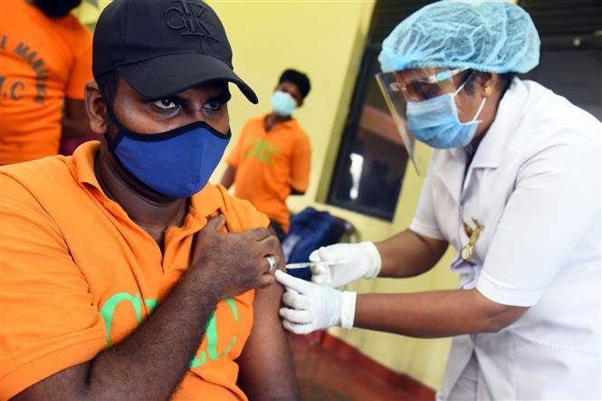 Trong ảnh: Nhân viên y tế tiêm vaccine phòng COVID-19 cho người dân tại Colombo, Sri Lanka, ngày 16/2/2021. Ảnh: THX/ TTXVN