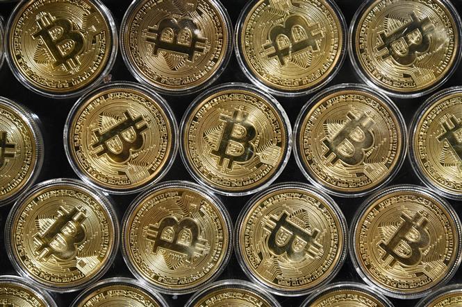 Trong ảnh: Đồng tiền điện tử Bitcoin. Ảnh: AFP/ TTXVN
