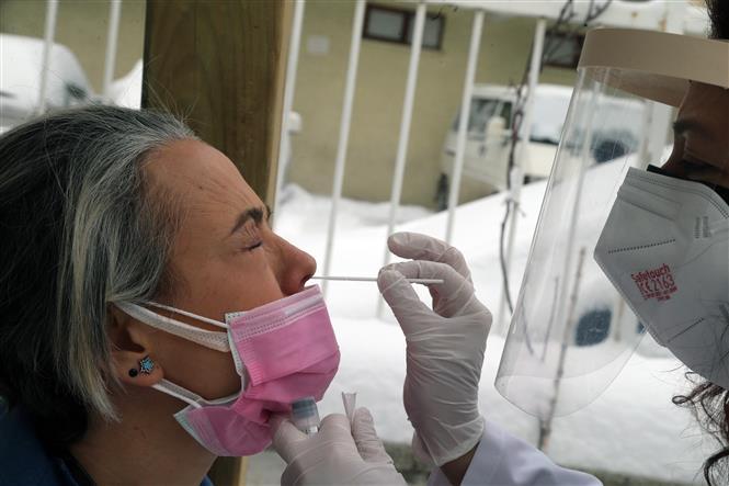 Nhân viên y tế lấy mẫu xét nghiệm COVID-19 tại Ankara, Thổ Nhĩ Kỳ, ngày 17/2/2021. Ảnh: THX/TTXVN