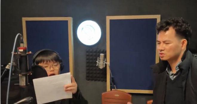 Hình ảnh hai bố con nghệ sĩ Xuân Bắc say sưa rap trong phòng thu