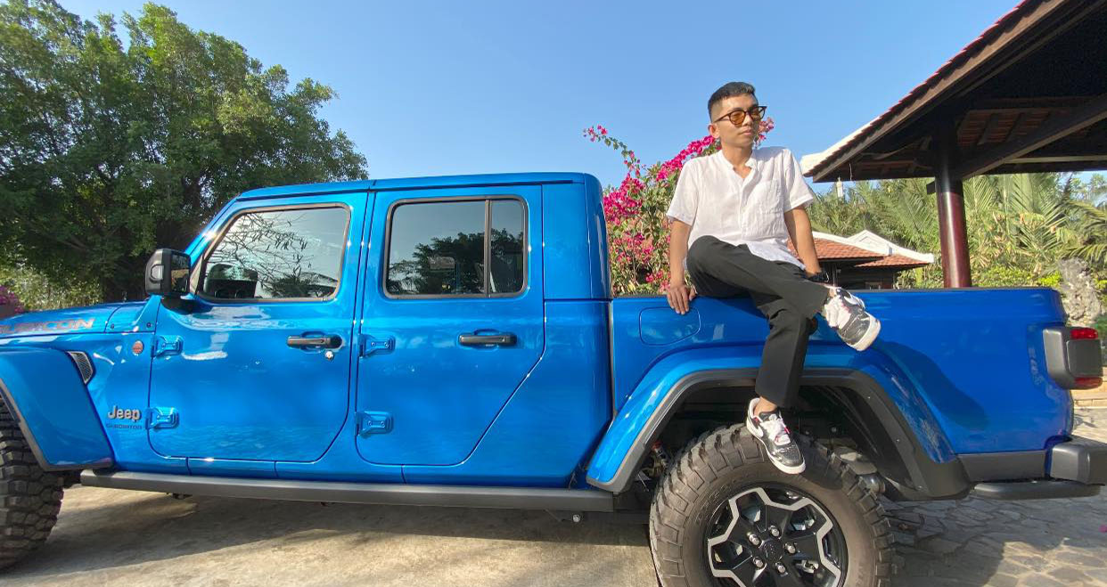 Trước ngày 8/3 ít phút, Khánh Thi chọn đăng ảnh Phan Hiển với tựa đề Jeep & Him còn sáng sớm 8/3, nữ kiện tướng dancesport đã có mặt trong buổi tọa đạm về ngày Quốc tế phụ nữ cùng