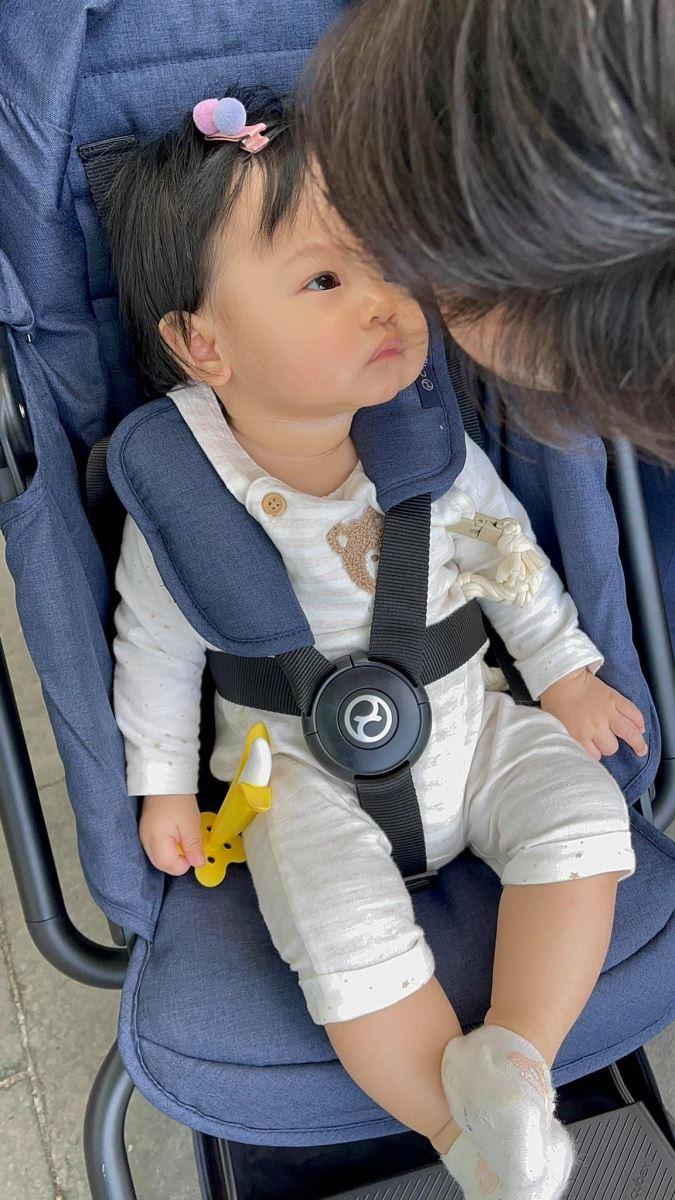 """Trong chuyến đi này, bé Suchin cũng có những khoảnh khắc đáng yêu như tấm hình bé nhìn ba Cường một cách """"đắm đuối"""""""