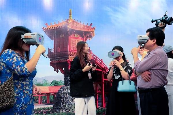 Khán giả thích thú trải nghiệm công nghệ thực tế ảo VR3D (Ảnh: Nguyễn Cường)