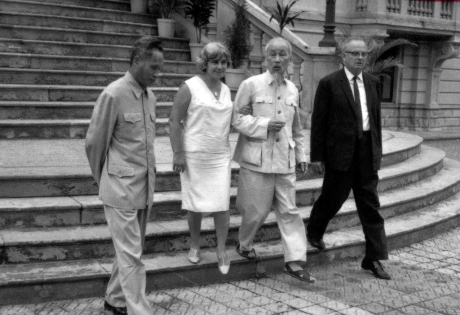 Vợ chồng nhà báo Wilfred Burchett chụp ảnh cùng Chủ tịch Hồ Chí Minh và Thủ tướng Phạm Văn Đồng tại Hà Nội vào tháng 5/1966