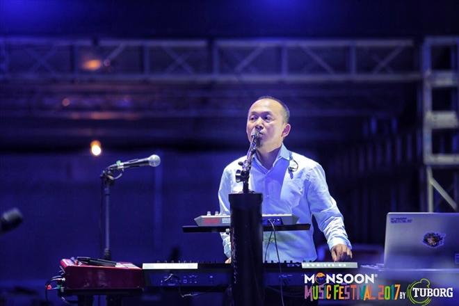 Tổng đạo diễn âm nhạc Monsoon, nhạc sĩ Quốc Trung và ê-kíp đã chuẩn bị chu đáo cho đêm mở màn sẽ diễn ra tối nay, 10/11
