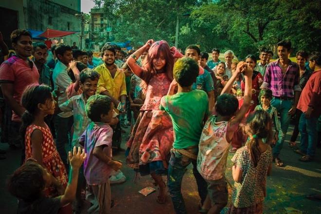 Lễ hội Holi trong MV Đừng buông tay
