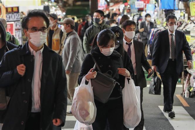 Người dân đeo khẩu trang phòng lây nhiễm COVID-19 tại Tokyo, Nhật Bản, ngày 12/11/2020. Ảnh: THX/ TTXVN