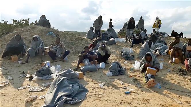 Người di cư sống sót sau vụ đắm tàu được đưa lên bờ biển al-Khums, cách thủ đô Tripoli của Libya 120km về phía tây, ngày 12/11/2020. Ảnh: AFP/ TTXVN