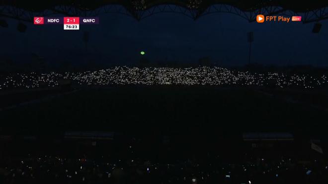 Sân Thiên Trường mất điện, CĐV tạo màn ánh sáng ảo diệu
