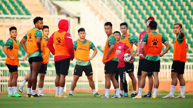 Nhiều đội V-League cho cầu thủ 'xả trại'
