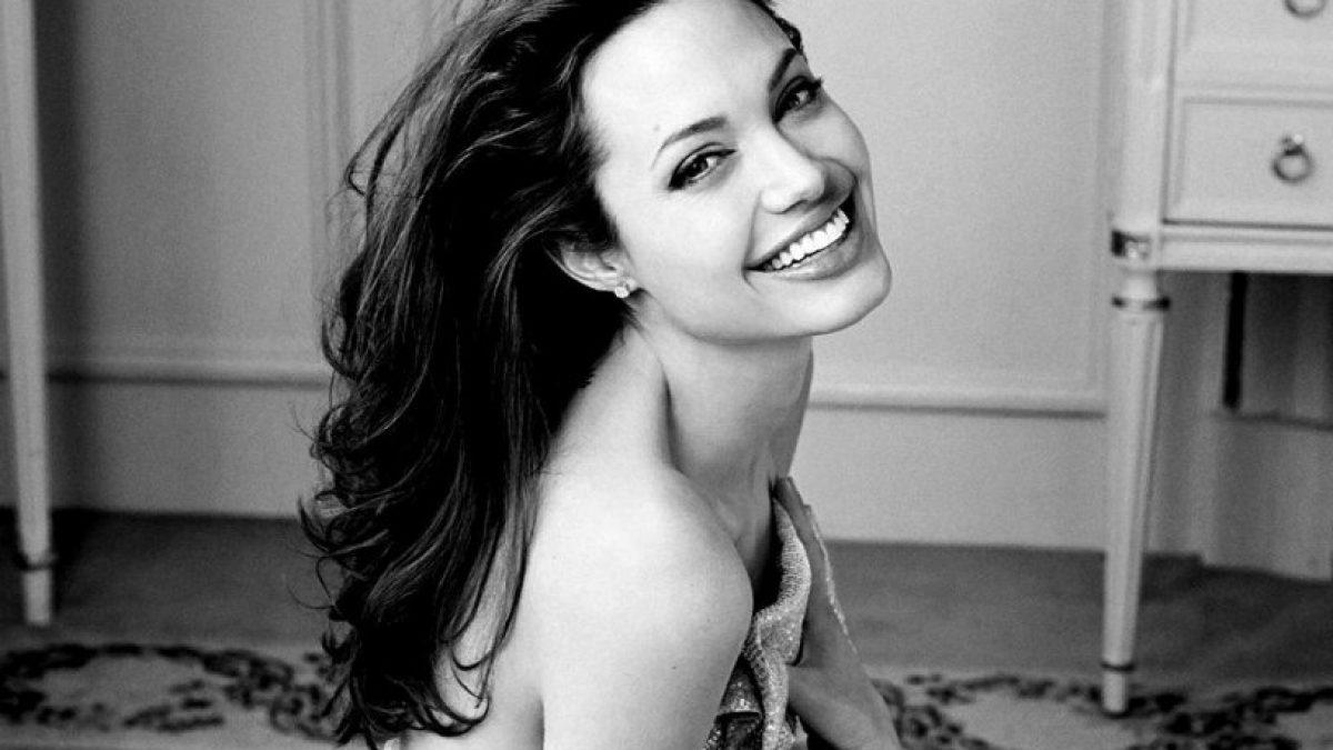 Phong cách thời trang thảm đỏ đầy quyền lực của Angelina Jolie