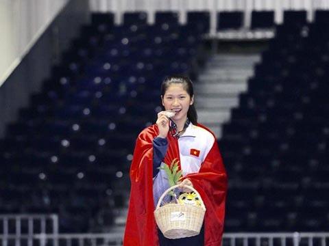 Cẩm Lành nhận huy chương tại SEA Games 29. Ảnh: NV