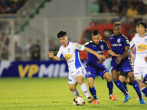 Công Phượng chưa thể tỏa sáng ngày khai màn V-League 2018. Ảnh: VPF