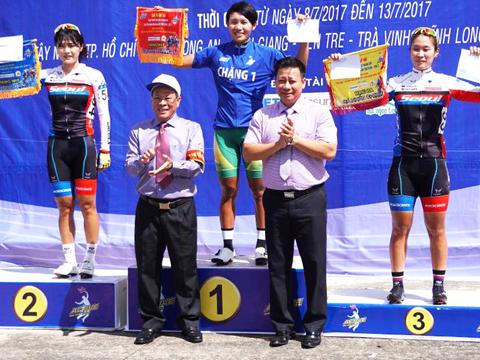 Vượt qua 2 tay đua Hàn Quốc, Nguyễn Thị Thật thắng chặng đầu tiên giải xe đạp nữ tranh Cúp Truyền hình An Giang 2017. Ảnh: Quốc Tài
