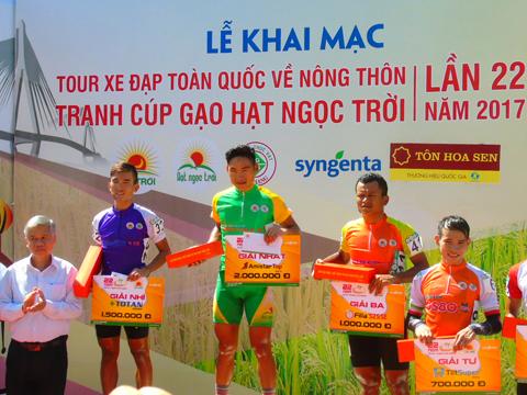 Quàng Văn Cường thắng chặng đầu tiên Tour xe đạp toàn quốc Về nông thôn An Giang 2017. Ảnh: Quốc Tài