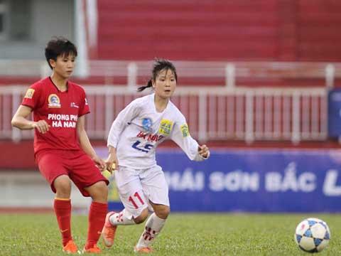 Tuyết Dung (đỏ) đã có trận thắng khó khăn cho Phong Phú Hà Nam. Ảnh: Quang Phương