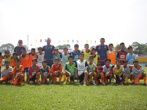 Các tuyển trạch viên CLB Lyon tiếp tục hỗ trợ đào tạo trẻ cho bóng đá TP.HCM. Ảnh: M.X