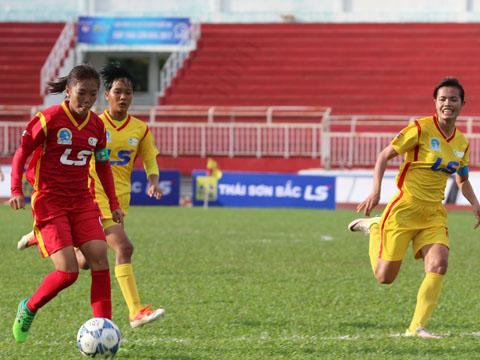 Quả bóng vàng Huỳnh Như lập cú đúp giúp TP.HCM 1 thắng 7 sao. Ảnh: Quang Phương