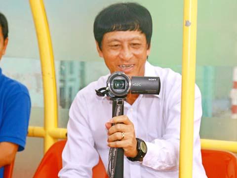 HLV Vũ Quang Bảo cho rằng trọng tài không công bằng với XSKT Cần Thơ trong trận hòa 1-1 với Hà Nội. Ảnh: Dương Thu