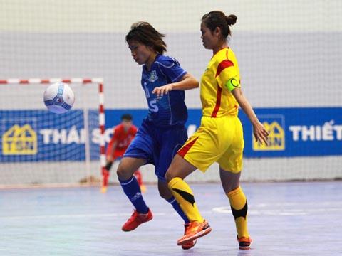 Dù được đầu tư bài bản nhất futsal nữ Việt Nam hiện tại nhưng không dễ cho Quận 8 (xanh) lên ngôi vô địch giải này. Ảnh: Quang Liêm