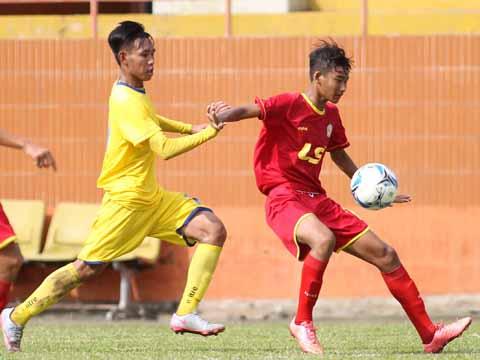 FLC Thanh Hóa (vàng) bị chủ nhà TP.HCM đánh bại ngày mở màn giải đấu. Ảnh: Quang Phương