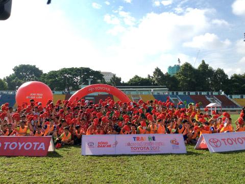 Hàng trăm em nhỏ tham dự thi tuyển Trại hè bóng đá thiếu niên Toyota 2017. Ảnh: Quang Liêm